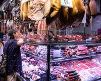 Stalle de viande aux marchés de Rambla de La photos libres de droits