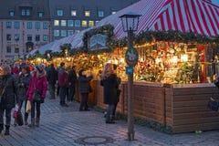 Stalle del mercato con le decorazioni di Natale a Norimberga, Germania immagine stock libera da diritti