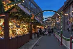 Stalle del mercato con le decorazioni di Natale a Norimberga, Germania fotografia stock libera da diritti