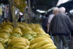 Stalle des bananes sur le marché en plein air brésilien typique Photographie stock libre de droits