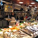 Stalle du marché avec des poissons Image libre de droits