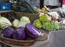 Stalle du marché avec l'affichage des salades végétales Photos stock