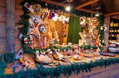 Stalle du marché de Noël avec la variété énorme de souvenirs dans l'installation Photos libres de droits