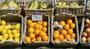 Stalle du marché vendant le fruit photo stock