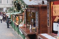 Stalle en bois avec les boissons chaudes aux marchés de Noël sur le chou Images libres de droits