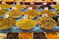 Stalle orientale du marché avec des écrous et des fruits secs Image stock
