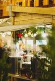 Stalle traditionnelle de Noël au marché de nouvelle année et de Noël avec des lumières, décorations, cuves avec les thés chauds,  photographie stock libre de droits