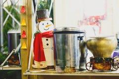 Stalle traditionnelle de Noël au marché de nouvelle année et de Noël avec des lumières, décorations, cuves avec les thés chauds,  image libre de droits