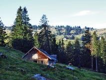 Stallen en landbouwbedrijven op het plateau onder de bergketens Churfirsten royalty-vrije stock foto's