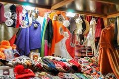Stallen med färgrik woolen kläder på den Riga julen marknadsför Royaltyfria Bilder