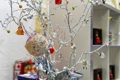 Stallen med handgjorda dockor på Vilnius jul marknadsför fotografering för bildbyråer