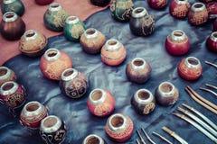 Stallen med mycket kalebasskompiskoppar för yerbatedrinki Arkivfoton