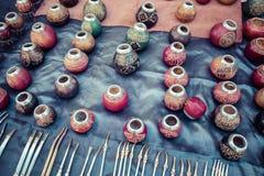 Stallen med mycket kalebasskompiskoppar för yerbatedrinki Royaltyfri Bild