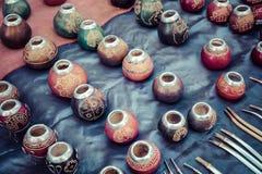 Stallen med mycket kalebasskompiskoppar för yerbatedrinki Royaltyfria Bilder