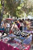 Stalles à la scène de foule au marché de Hippie de Punta Arabi Photo libre de droits