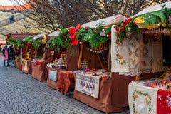 Stalles décorées en bois sur le marché de Noël à Prague Image libre de droits