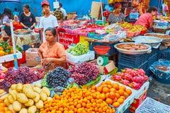Stalles de fruit de marché de Chinatown, Yangon, Myanmar photo libre de droits