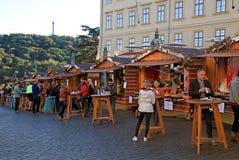Stalles en bois avec la nourriture traditionnelle de rue dans le château de Prague image libre de droits