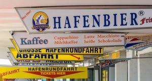 Stalles et magasins au ¼ ken de Landungsbrà de der de pilier pour des touristes, avec des offres pour les aliments de préparation images libres de droits