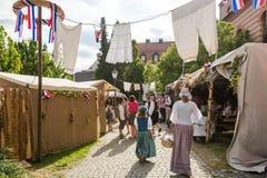 Stalles et tentes au festival historique Photographie stock libre de droits