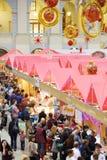 Stalles et visiteurs à sixième Noël gastronomique de Foodshow de festival Image stock