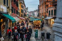 Stalles lumineuses du marché sur la rue de Venise la nuit à Venise, Italie image stock