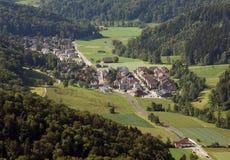 Stallikon wioska blisko Zurich, Szwajcaria, odgórny widok od Uetlib Zdjęcia Royalty Free