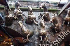 Stallmarknadsingång som presenterar hästar Arkivfoton