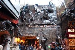Stallmarknadsingång som presenterar hästar Fotografering för Bildbyråer