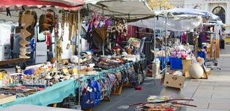 Stalls av gatuförsäljare på en frilufts- kommersiell mässa Arkivfoton