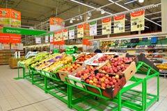 Stalls med äpplen och en prislapp i karusellstormarknaden Royaltyfria Foton