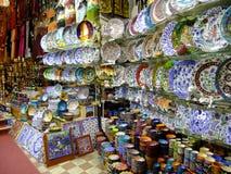 Stalls med färgrik krukmakeri, storslagen basar, Istanb Arkivbilder