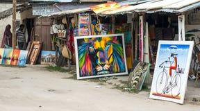 Stalls med souvenir för turister i den Zanzibar byn arkivbild