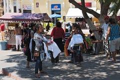 Stalls på gatafestivalen i plazaen de la Independencia den Merida enen Domingo Merida på söndag Arkivfoto