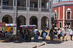 Stalls på gatafestivalen i plazaen de la Independencia den Merida enen Domingo Merida på söndag Arkivfoton
