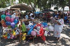 Stalls på gatafestivalen i plazaen de la Independencia den Merida enen Domingo Merida på söndag Royaltyfria Bilder