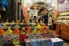 Stalls som säljer kryddor i kryddabasaren Fotografering för Bildbyråer