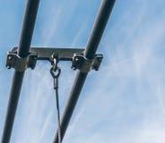 Stalowa arkana zawieszenie most przed błękitnym i białym marmurkowatym niebem zdjęcie stock
