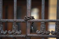 Stalowa brama zamykająca z kłódką zdjęcia stock