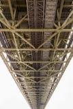 Stalowa budowa pod mostem, perspektywiczny widok Zdjęcie Royalty Free