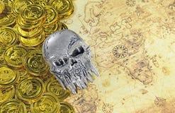 Stalowa czaszki i pirata złota moneta na stary świat mapie Zdjęcie Stock
