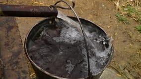 Stalowa drymba wypełnia wiszącego wiadro woda zbiory wideo