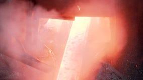 Stalowa produkcja przy fabryką, czerwony metal od piekarnika zbiory wideo