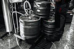 Stalowa przemysłowa sterta piwne baryłki przeciw obraz stock