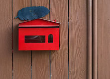 Stalowa skrzynka pocztowa na drewnianej ścianie Obraz Royalty Free