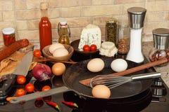 Stalowa smaży niecka na kuchence kaczki formularzowi kuchenni ładni poparcia naczynia Przygotowanie jajeczny omelette diety jedze Obraz Royalty Free