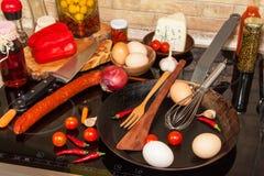 Stalowa smaży niecka na kuchence kaczki formularzowi kuchenni ładni poparcia naczynia Przygotowanie jajeczny omelette diety jedze Zdjęcia Royalty Free