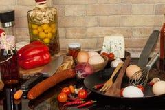 Stalowa smaży niecka na kuchence kaczki formularzowi kuchenni ładni poparcia naczynia Przygotowanie jajeczny omelette diety jedze Obraz Stock