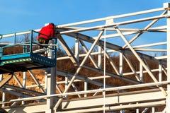Stalowa struktura jest w budowie Instalacja metal sala Praca przy wzrostem Słoneczny dzień przy budową zdjęcie royalty free