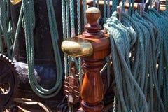 Stalowe belaying szpilki na żeglowanie statku zdjęcie royalty free